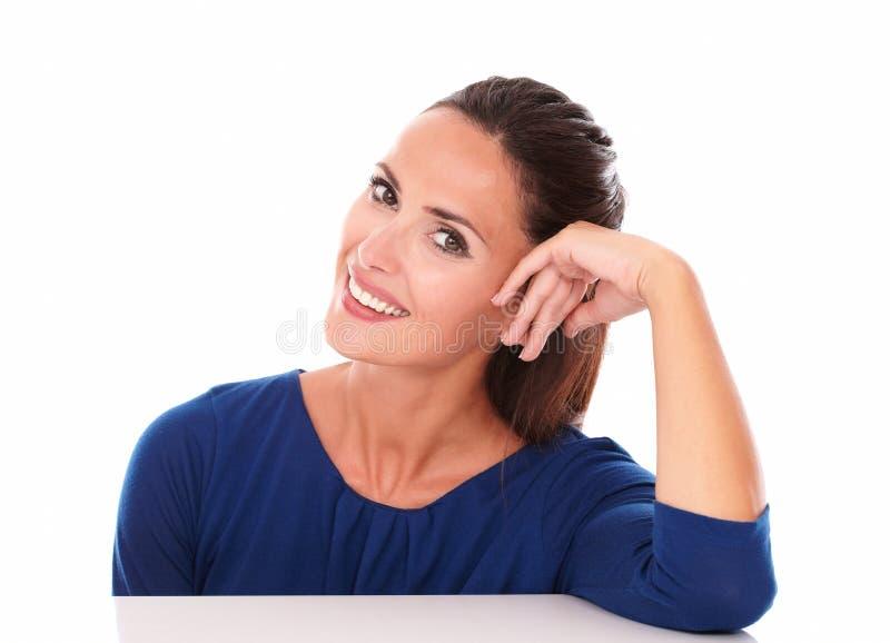 Ładna dziewczyna patrzeje ciebie i ono uśmiecha się zdjęcia stock