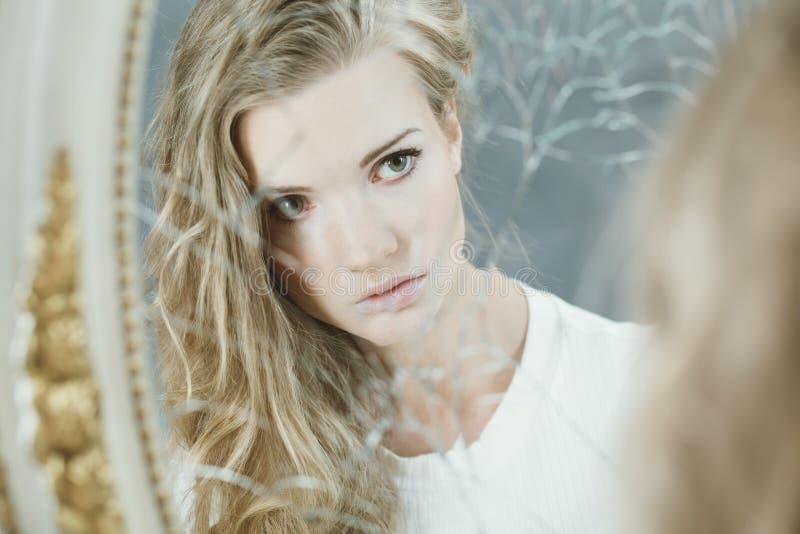 Ładna dziewczyna patrzeje w lustrze zdjęcie royalty free