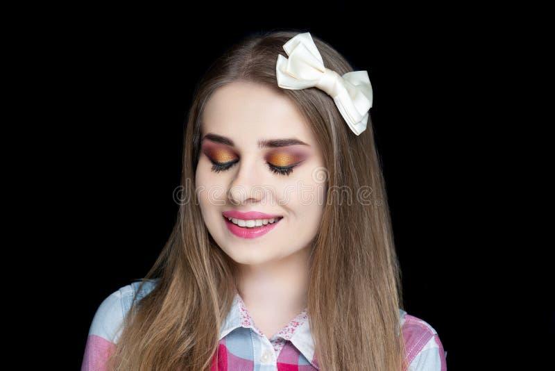 Ładna dziewczyna projekta łęku szpilki fryzura obraz stock