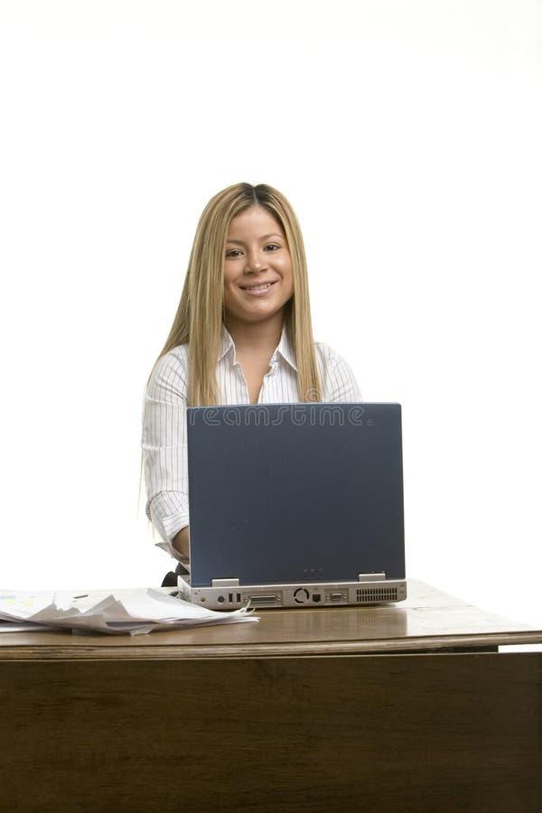 Ładna dziewczyna przy jej biurkiem obraz royalty free