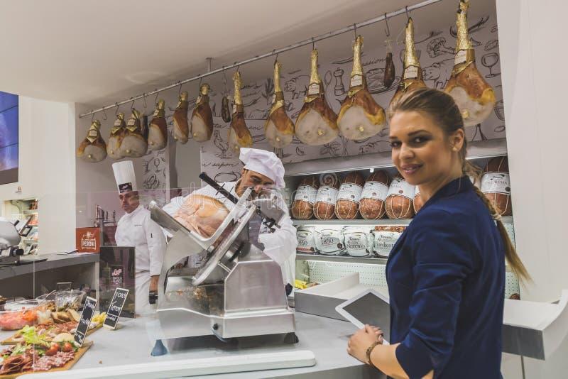 Ładna dziewczyna przy Tuttofood 2015 w Mediolan, Włochy zdjęcie royalty free