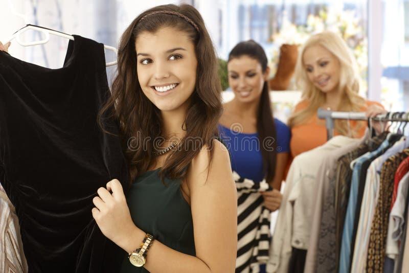 Ładna dziewczyna przy ubrania sklepem zdjęcie stock