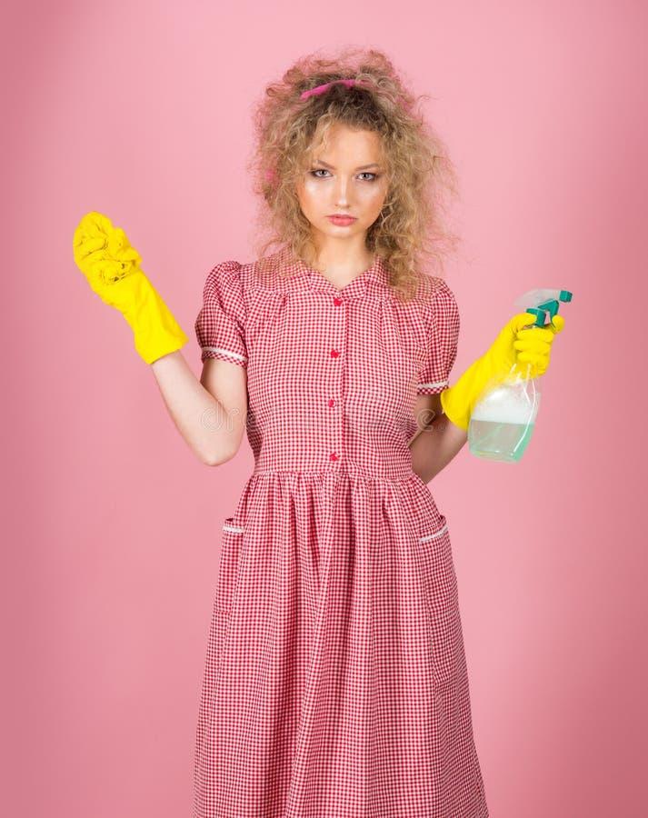 Ładna dziewczyna przygotowywająca dla housekeeping pracy Jestem dobry przy housekeeping obraz royalty free