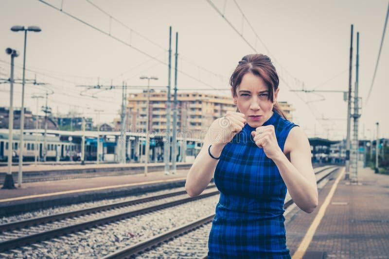 Ładna dziewczyna przygotowywająca walczyć wzdłuż śladów obrazy stock