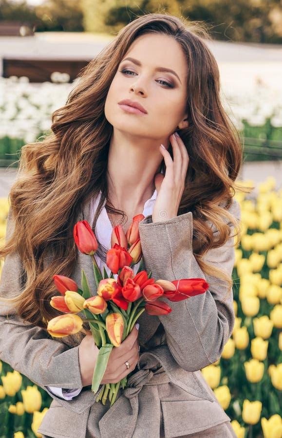Ładna dziewczyna relaksuje w s z ciemnym kędzierzawym włosy w przypadkowych ubraniach zdjęcie stock