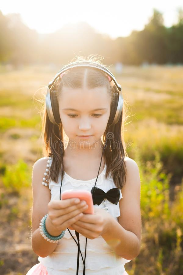 Ładna dziewczyna używa przenośnego telefon obrazy royalty free