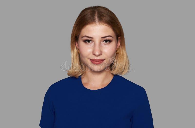 Ładna dziewczyna w błękit sukni na szarość zdjęcie royalty free