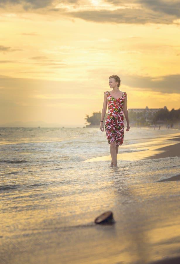 Ładna dziewczyna w jaskrawej sukni zdjęcie royalty free