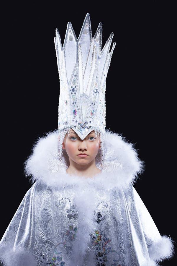 Ładna dziewczyna w lodowym królowa karnawału kostiumu obraz royalty free