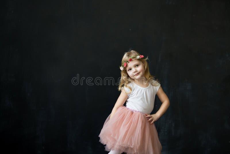 Ładna dziewczyna w luksusowej tiul spódnicie zdjęcie stock