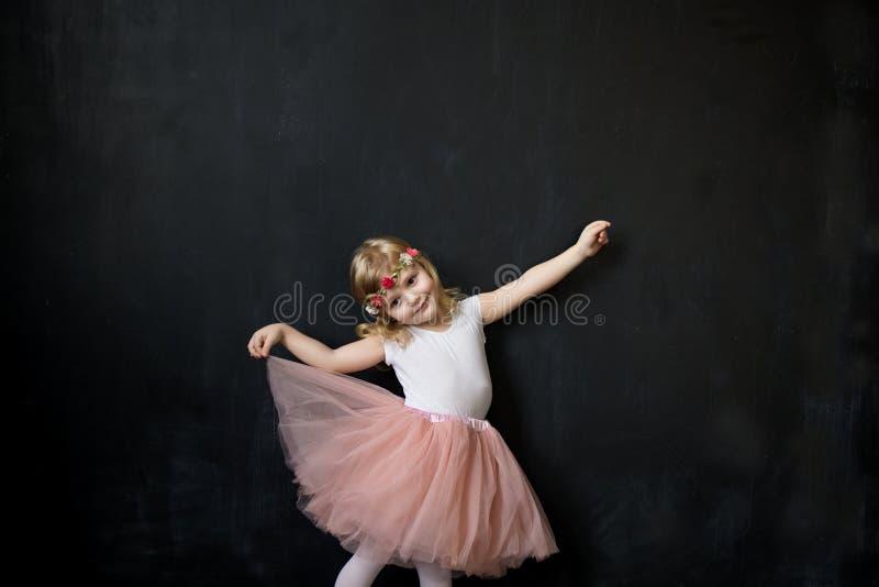 Ładna dziewczyna w luksusowej tiul spódnicie fotografia royalty free