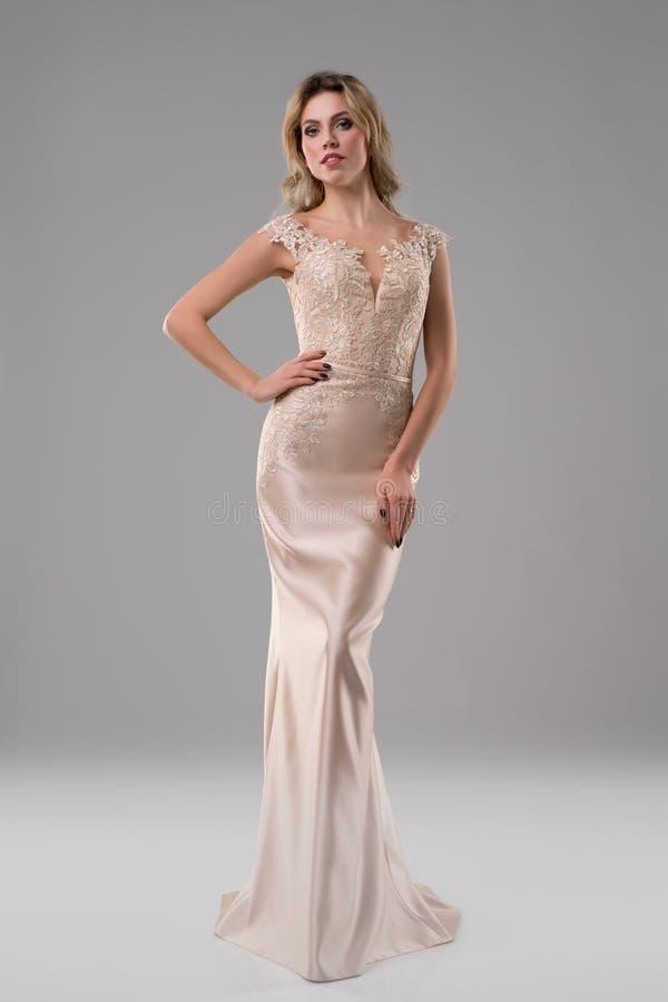 Ładna dziewczyna w luksusowym wieczór sukni strzale fotografia stock