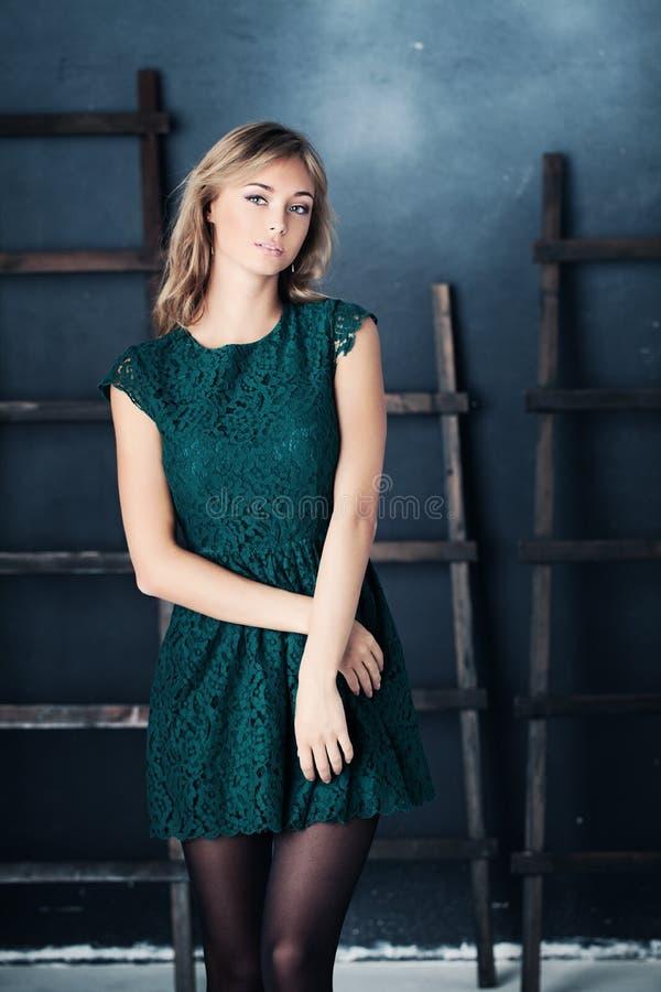 Ładna dziewczyna w mody zieleni sukni obrazy royalty free