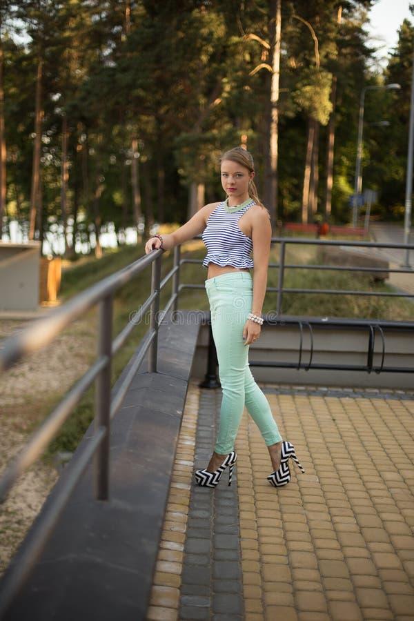 Ładna dziewczyna w parku zdjęcie royalty free