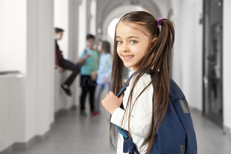 Ładna dziewczyna z śmieszną fryzurą na korytarzu w szkole zdjęcia royalty free