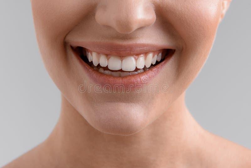 Ładna dziewczyna z cudownym białym uśmiechem fotografia stock
