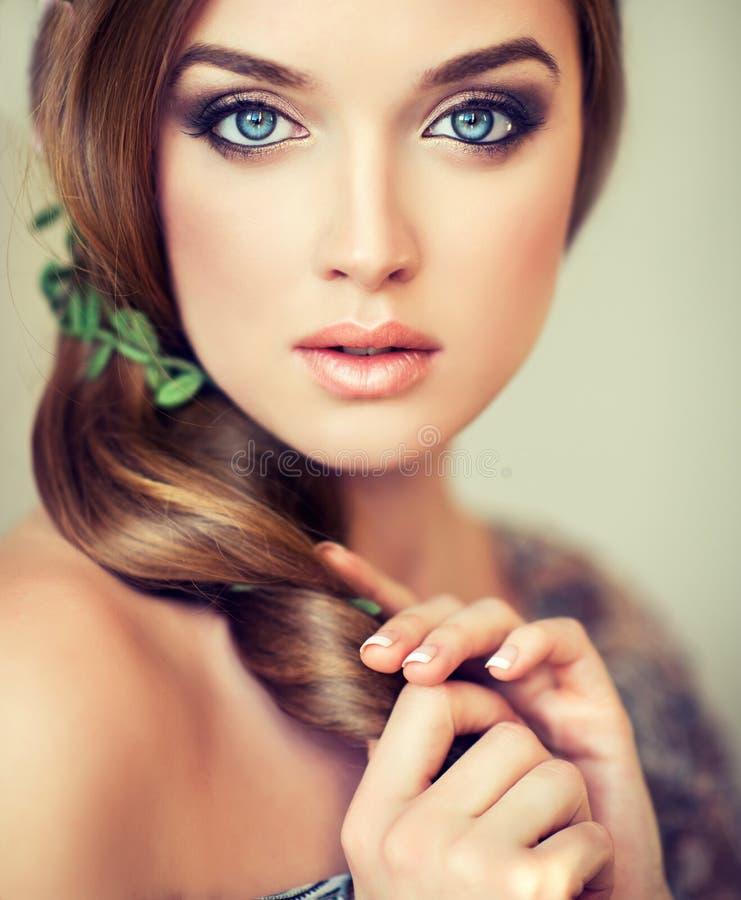 Ładna dziewczyna z dużymi pięknymi niebieskimi oczami fotografia royalty free