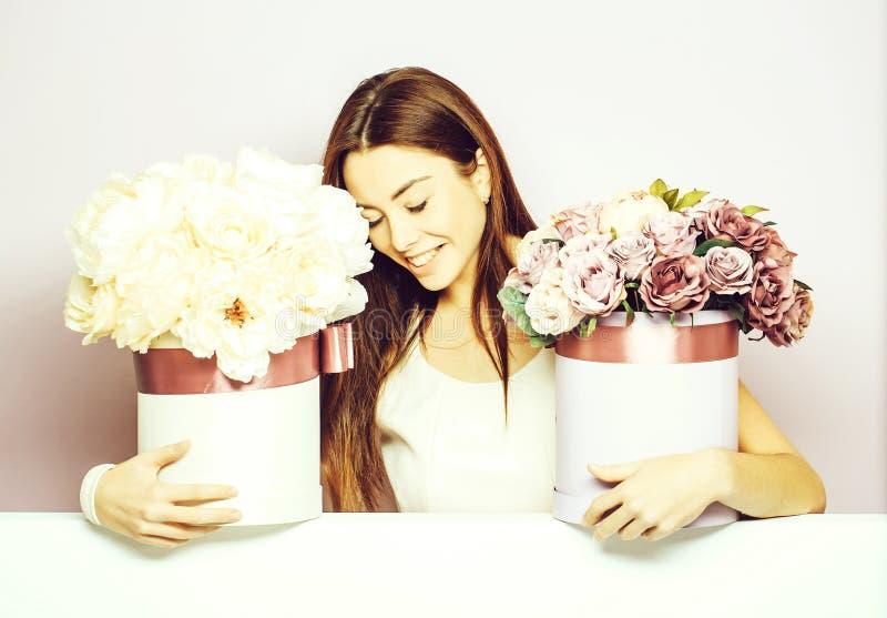 Ładna dziewczyna z kwiatów pudełkami zdjęcia stock