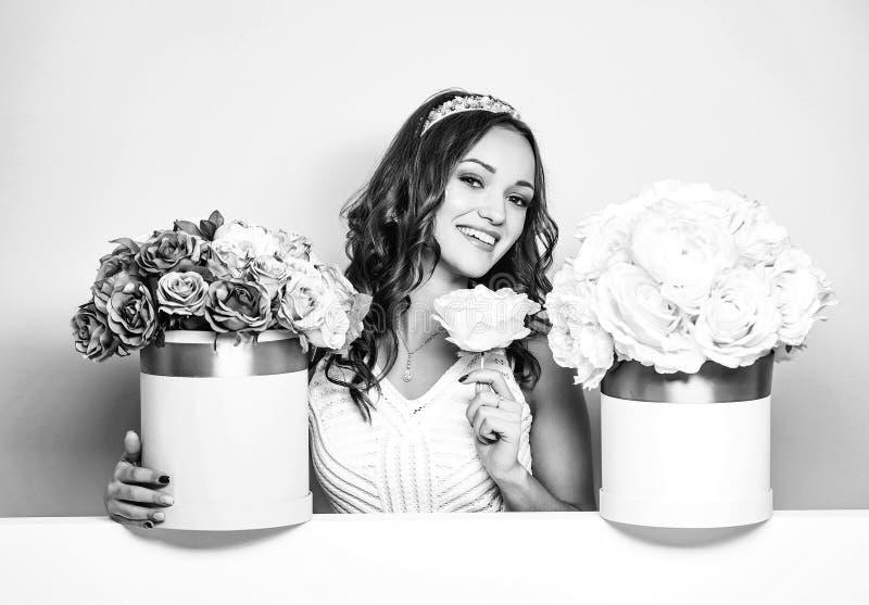 Ładna dziewczyna z kwiatów pudełkami zdjęcie stock