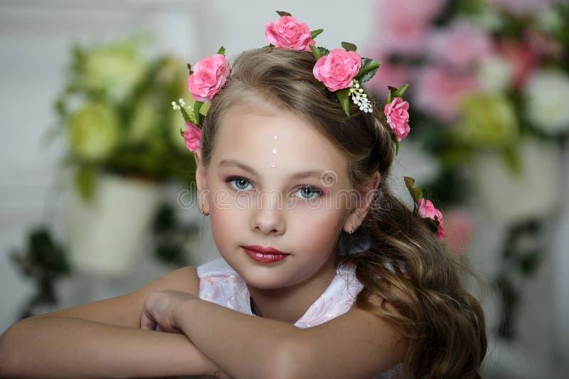 Ładna dziewczyna z kwiatami zdjęcie royalty free