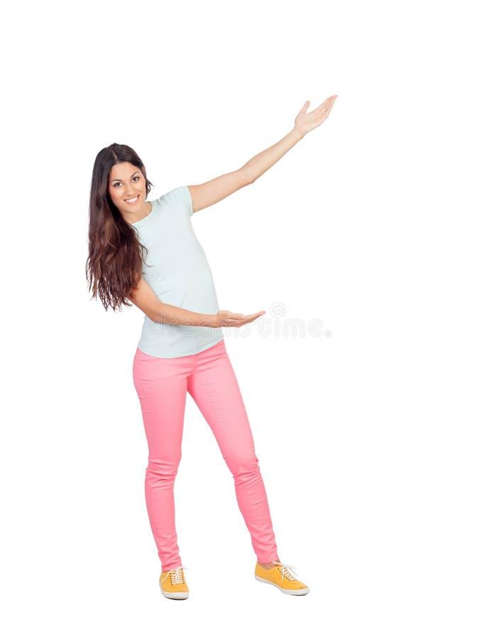 Ładna dziewczyna z menchiami dyszy pokazywać coś z ona rękę fotografia royalty free