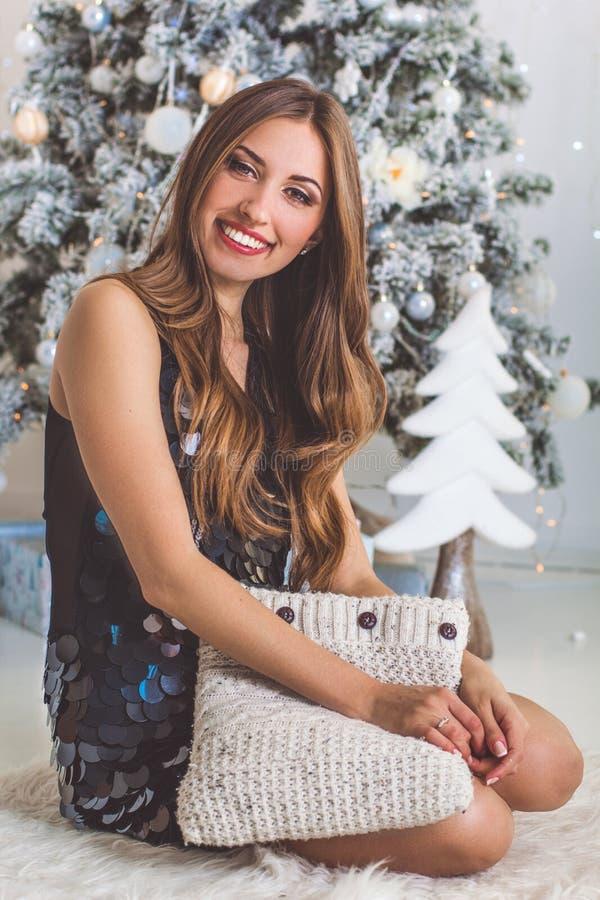 Ładna dziewczyna z miękką poduszką w domu, boże narodzenia fotografia royalty free