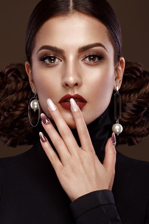 Ładna dziewczyna z niezwykłą fryzurą, jaskrawym makeup, czerwonymi wargami i manicure'u projektem, Piękno Twarz Sztuka gwoździe obrazy royalty free