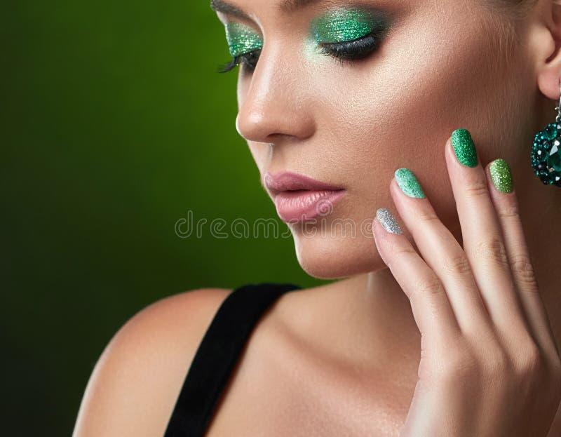 Ładna dziewczyna z perfect brązową skórą, błyszczący manicure, zielony makeup obraz royalty free
