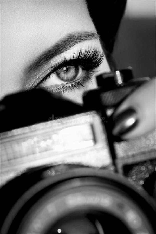 Ładna dziewczyna z pięknymi oczami robi obrazkom w miasto parku Pekin, china obrazy royalty free