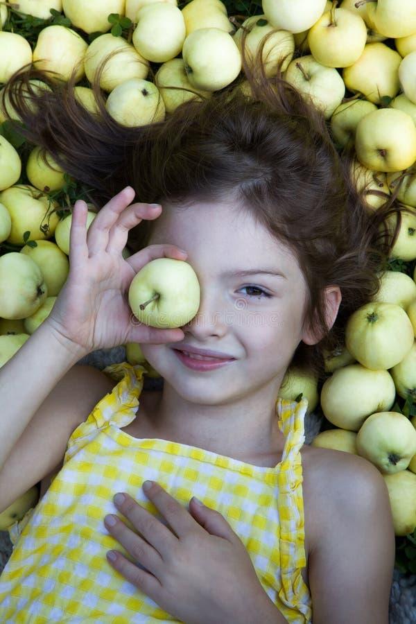 Ładna dziewczyna z przyrodnimi jabłkami na naturalnym tle zdjęcie royalty free