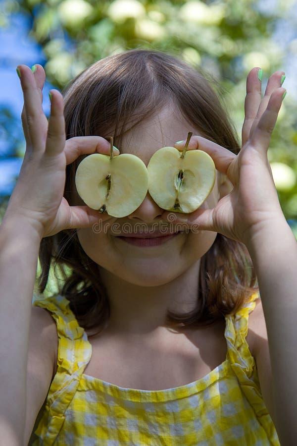 Ładna dziewczyna z przyrodnimi jabłkami na naturalnym tle obrazy stock