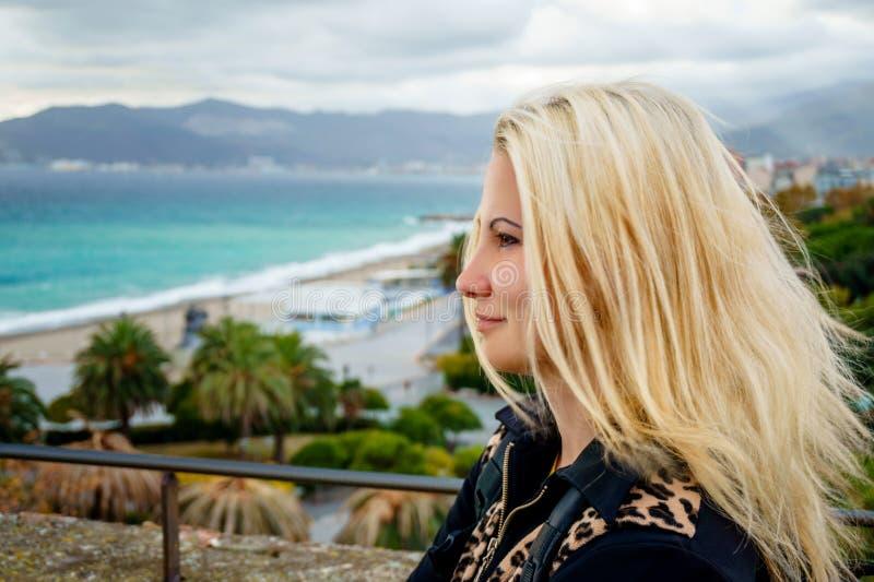 Ładna dziewczyna z straightblonde włosy w profilu przeciw tłu wybrzeże Savona zdjęcie stock