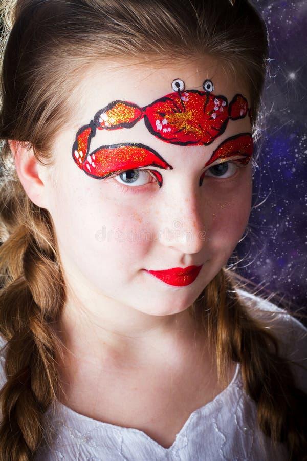 Ładna dziewczyna z twarz obrazem na czarnym tle obraz royalty free