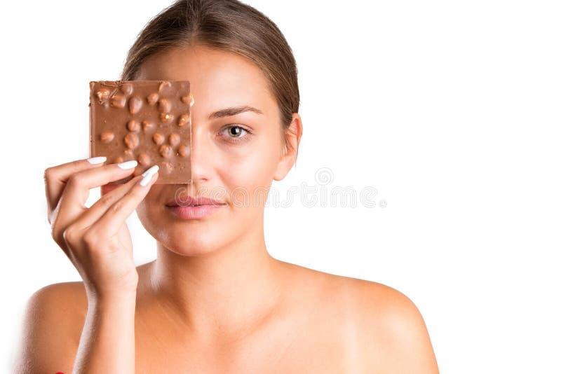 Ładna dziewczyny łasowania czekolada odosobniony zdjęcie stock