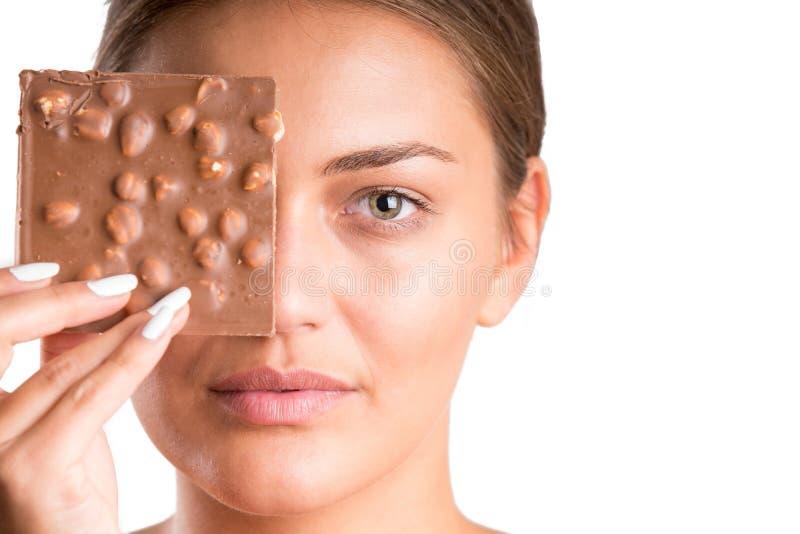 Ładna dziewczyny łasowania czekolada odosobniony zdjęcie royalty free