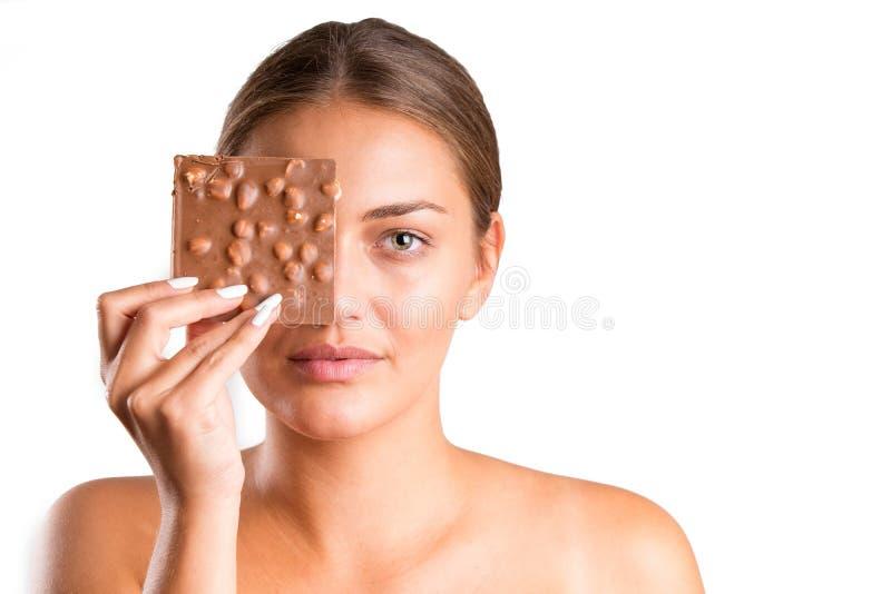 Ładna dziewczyny łasowania czekolada odosobniony obrazy royalty free