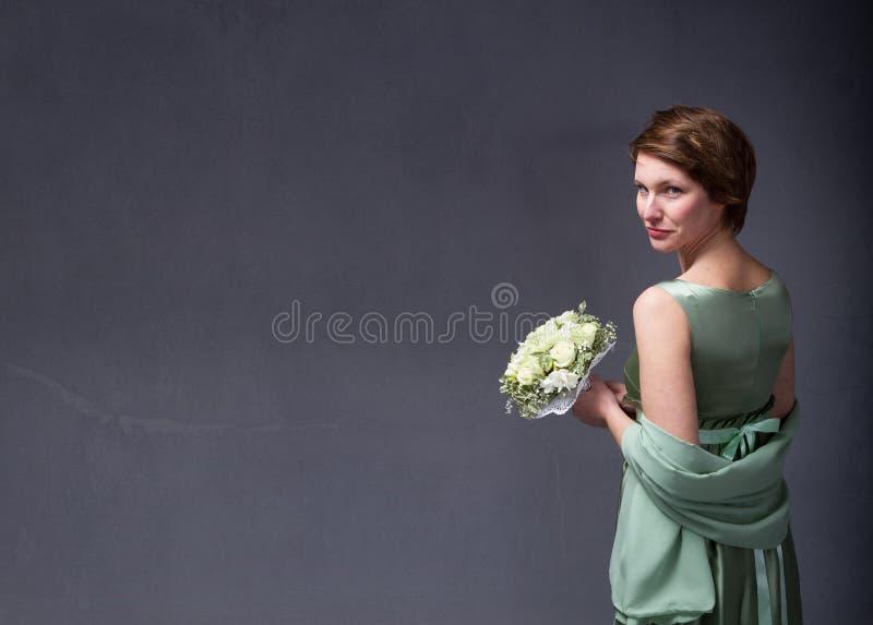Ładna elegancka dziewczyna z kwiatami na ręce fotografia stock