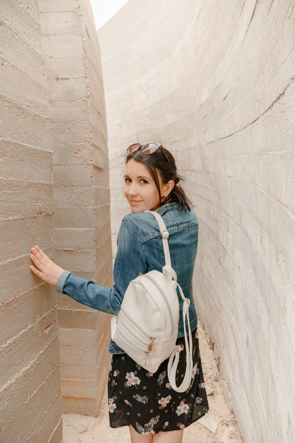 Ładna i szczęśliwa brunetki młoda dziewczyna w, zdjęcie stock