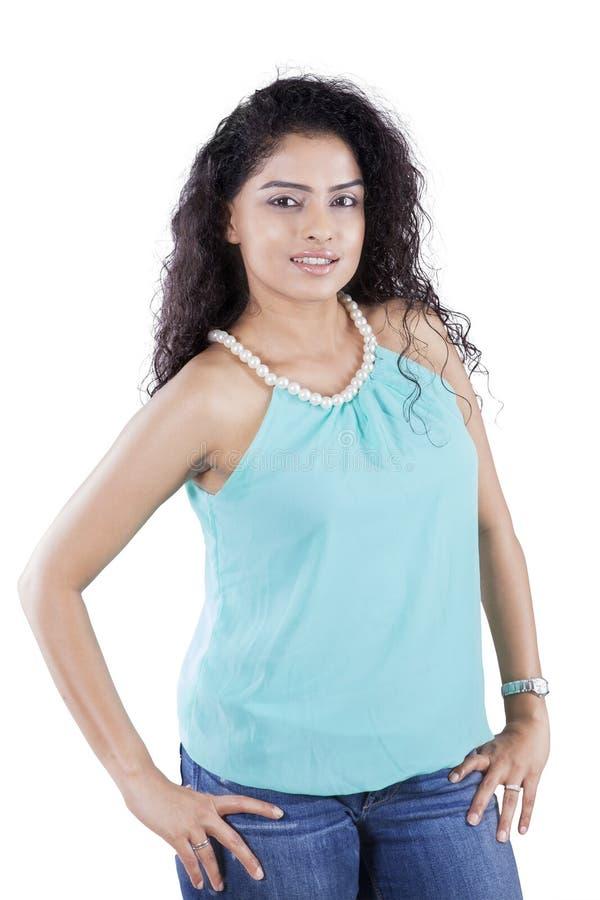Ładna Indiańska kobieta z kędzierzawym włosy zdjęcia stock