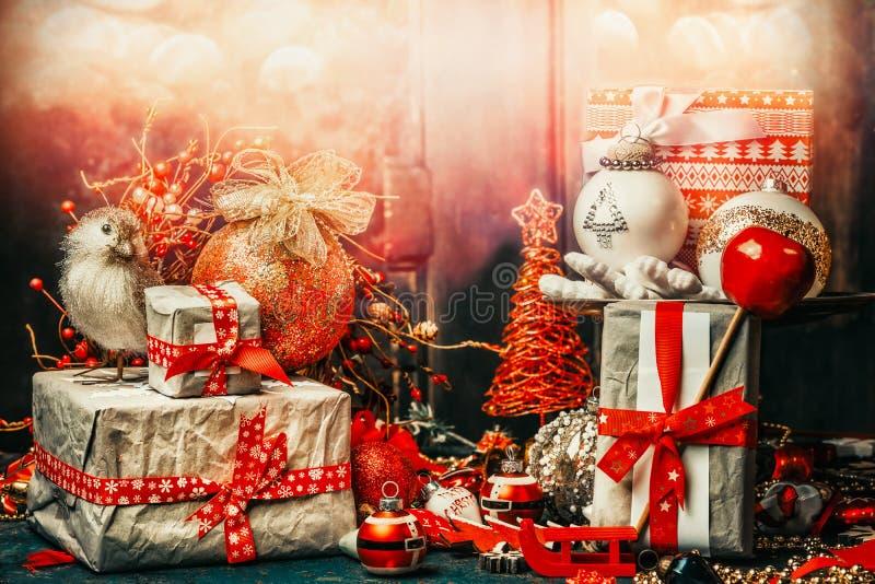 Ładna kartka bożonarodzeniowa z świątecznymi prezentami, ptakiem, dekoracją i piłkami, Wakacyjny bokeh oświetlenie obrazy royalty free