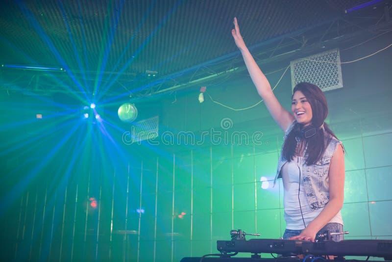 Ładna kobieta DJ ma zabawę podczas gdy bawić się muzykę zdjęcia stock