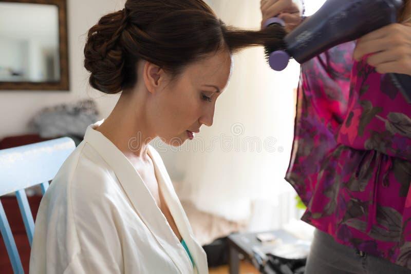 Ładna kobieta dostaje ona włosy projektował i cios suszący obraz royalty free