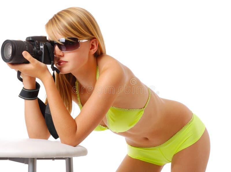 Ładna kobieta fotografuje z kamerą fotografia royalty free