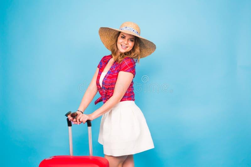 Ładna kobieta i czerwieni walizka Piękno, moda, podróż i ludzie pojęć, zdjęcie royalty free