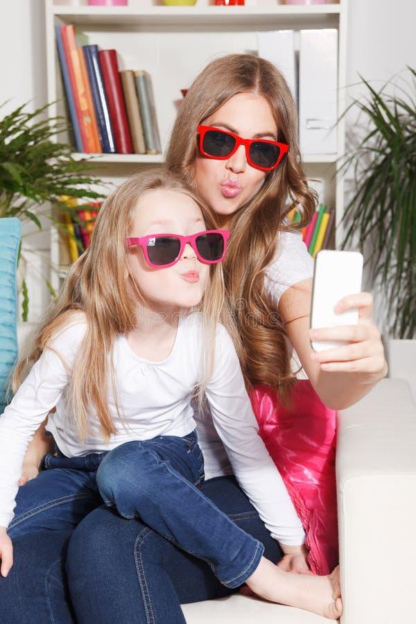 Ładna kobieta i dziecko bierze selfie zdjęcie stock