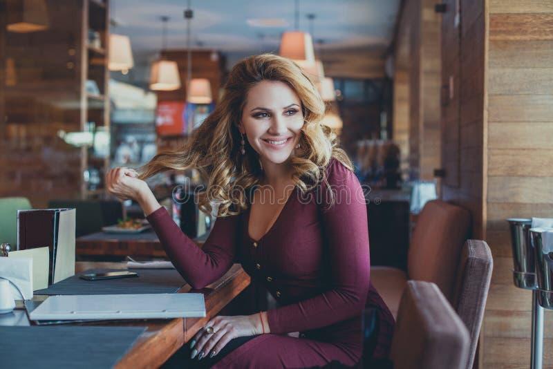 Ładna kobieta Ma zabawę w restauraci zdjęcia royalty free