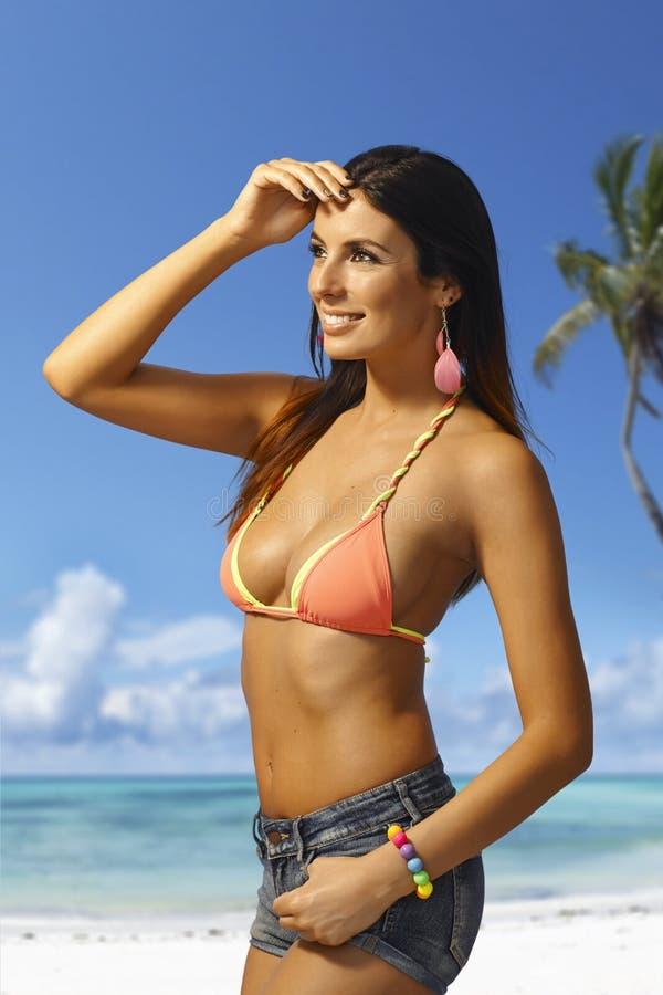 Ładna kobieta na plaży obraz stock