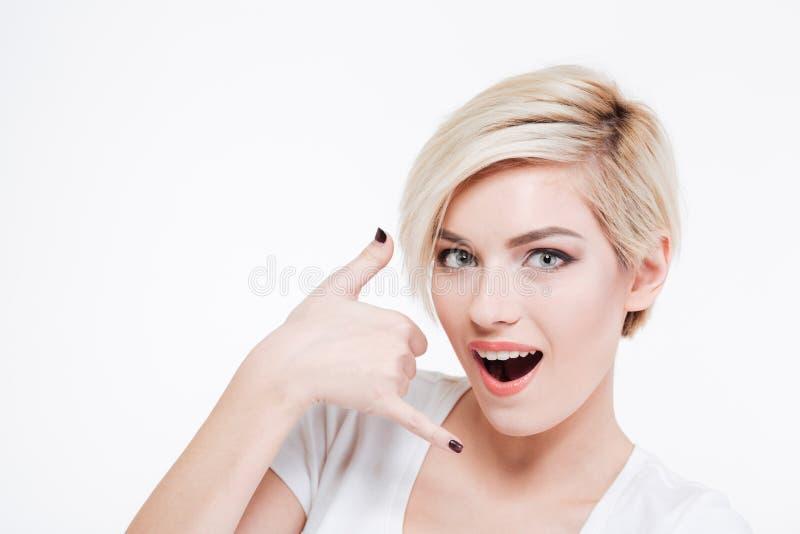 Ładna kobieta pokazuje wezwaniu ja gest obrazy royalty free