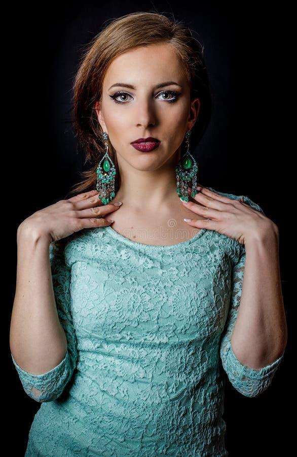 Ładna kobieta Pozuje w Eleganckiej mennicy zieleni modzie obraz royalty free
