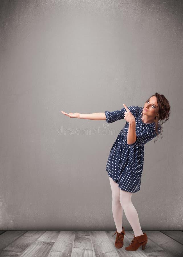 Download Ładna Kobieta Przedstawia Pustą Kopii Przestrzeń Obraz Stock - Obraz złożonej z target60, target31: 53776527